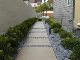 Оригинальная садовая дорожка из плитки и камней