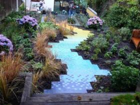 Садова доріжка з різнобарвною плитки