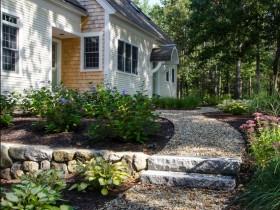 Садова доріжка з дрібної гальки