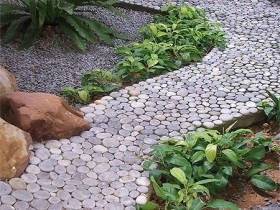 Idea decoration garden path of large pebbles