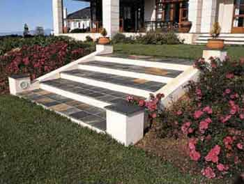 Небольшая садовая лестница, как наиболее удачный вариант