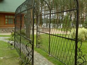 Кованая пергола в саду