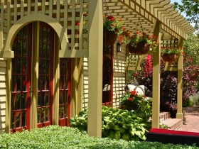 Деревянная пергола перед входом в дом
