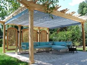 Большая деревянная пергола в зоне отдыха на даче