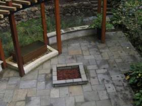 Узкая деревянная пергола в саду