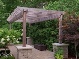 Стильная деревянная пергола на каменных опорах