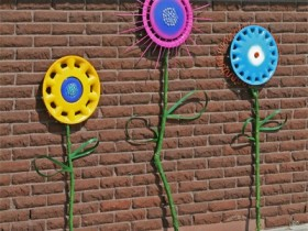 Garden sculptures from car hubcaps