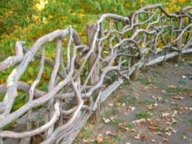 Садовое ограждение из коряг