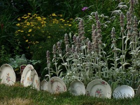 Garden border out of old plates