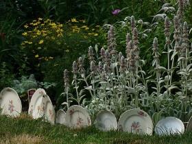 Садовый бордюр из старых тарелок