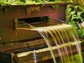 Fountain in the form of a piano