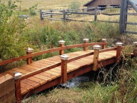 The design of the wooden bridge in the garden