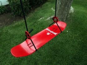 Bir bog ' skateboard chiqib swing