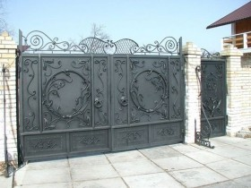 Country gate with the use of artistic forging