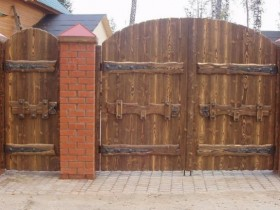 The design of the wooden gates in the country