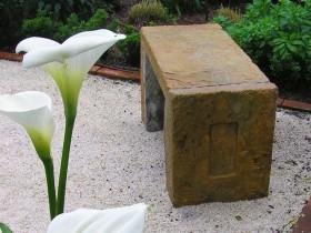 Кам'яна садова лавка
