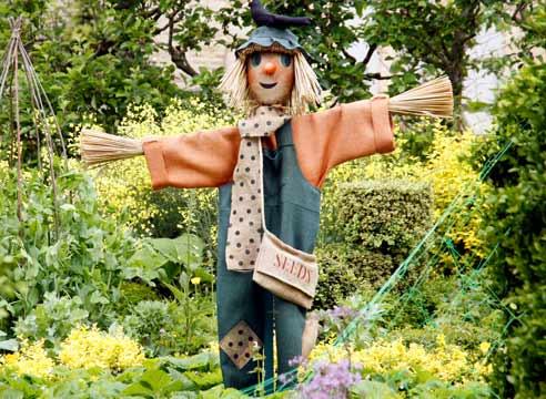 Пугало для садового участка своими руками