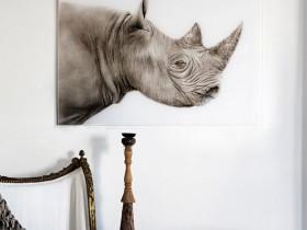 Фото носорога, украшающее стену