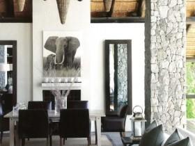 Совмещенная столовая в стиле сафари