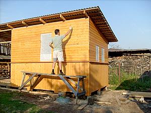 Финальные штрихи построения деревянного сарая