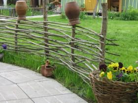 Декоративну огорожу в сільському саду