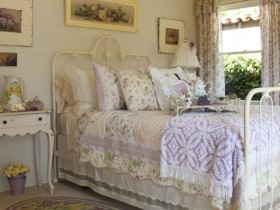 Bedroom in light tones, the shabby chic style