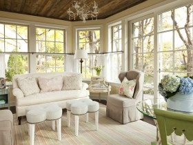 Living room with large Windows in the style of shabby chic