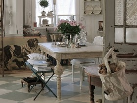 Distressed dining room in shabby chic style