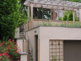 Садовая шпалеры, якая ўпрыгожвае гараж