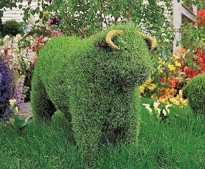 Зеленая скульптура из сетки и газона