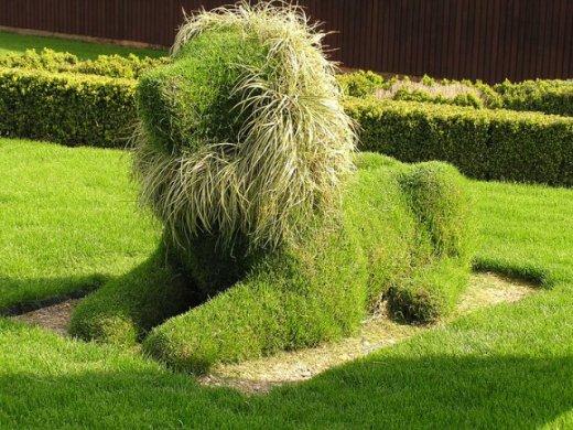 Зеленый лев в саду
