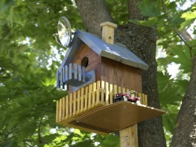 Birdhouse is decorated like a house