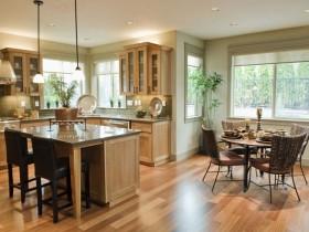 Деревянная кухня, совмещенная со столовой
