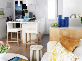 Белая кухня, совмещенная с гостиной