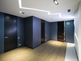 Креативний дизайн синьо-білого коридору