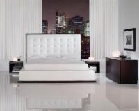 Белая спальня с глянцевым полом