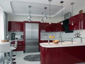 Современная кухня в белых и темно-красных тонах