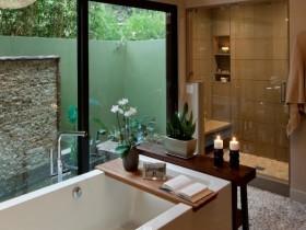 Сучасная ванная пакой з вялікімі вокнамі