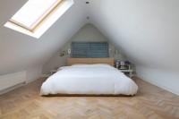 Маленька світла спальня з скошеною стелею