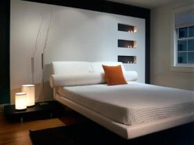 Светлая спальня с темным ковром и красивым светильником