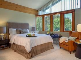 Большая светлая спальня со скошенным потолком