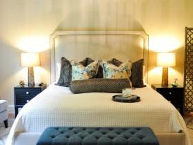 Светлая спальня с темной мебелью