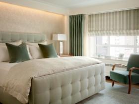 Маленькая светлая спальня с большим окном