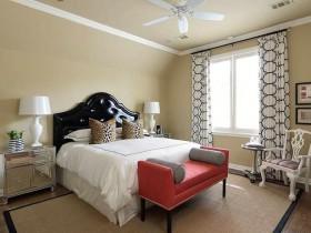 Светлая спальня в стиле сафари с красным диванчиком