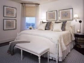 Красивая светлая спальня с резной мебелью