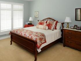 Спальня в теплых оттенках с темной деревянной мебелью