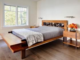Светлая спальня с паркетом и деревянной мебелью
