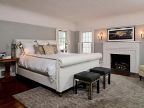 Светлая спальня с камином