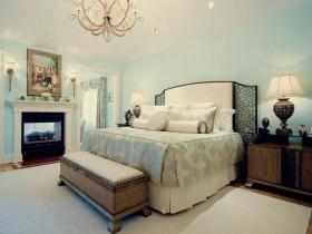 Роскошная светлая спальня с камином