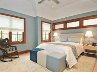 Крэатыўная спальня цёплых адценняў з драўлянымі вокнамі